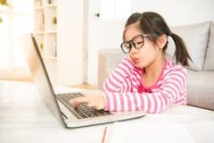 Чувство девушки пробуренное к использованию ее компьютера стоковые изображения