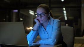 Чувство женщины пробуренное и вымотанное в офис, работая дополнительное время, низкую производительность труда сток-видео