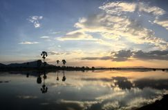 Чувство захода солнца горы clamming Стоковые Фото