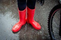 Чувство защищенное в ее ботинках Конец-вверх женщины в красной резине стоковая фотография rf