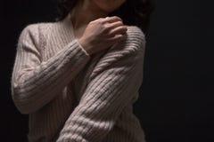 Чувство обнажённой черной предпосылки плеча портрета женщины красивое Стоковые Изображения