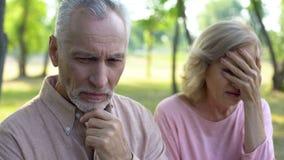 Чувство старшего человека грустное и виновное, усаживание жены плача врозь, развод пар стоковые изображения