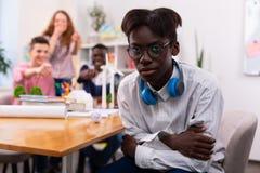 Чувство стекел подростка нося обиденное ответными частями группы стоковая фотография rf