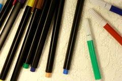 Чувствуемые карандаши в различных цветах на белой поверхности стоковая фотография rf