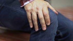Чувствуют, что колено мучит человек пока стоящ вверх, повреждение menisci, крупный план болезни артрита акции видеоматериалы