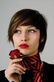 чувствуя женщина розы красного цвета белая Стоковые Фотографии RF