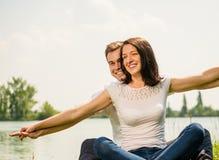 Чувствуя свободно- молодые счастливые пары Стоковое Фото
