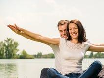 Чувствуя свободно- молодые счастливые пары Стоковое Изображение RF