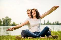 Чувствуя свободно- молодые счастливые пары Стоковая Фотография RF