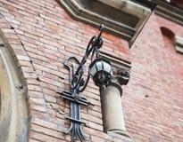 Чугунная смертная казнь через повешение фонарика на стене дома Стоковые Изображения RF