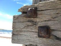 Чугунные болты на выдержанном деревянном луче Стоковое Изображение RF