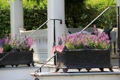 Чугунные плантаторы и флаги на шагах дома Стоковое фото RF