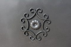 Чугунный орнамент строба на серой металлической пластине Стоковое Изображение RF