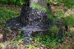 Чугунный стенд сада в древесинах стоковое фото