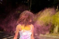 Чудесная женщина брюнет при короткие волосы играя с взрывать стоковое фото rf