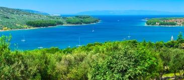 Чудесная романтичная береговая линия панорамы ландшафта после полудня лета Стоковое фото RF