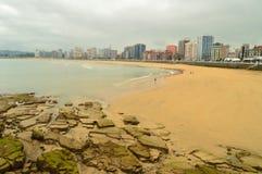 Чудесное фото пляжа San Lorenzo в Gijon Природа, перемещение, праздники, города стоковые изображения