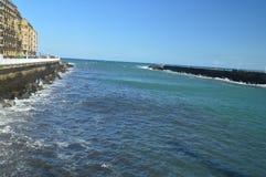 Чудесные взгляды San Sebastian преследуют от своих прогулки и сильных волн нагружая против вашего волнореза в San Sebastian LAN стоковые фотографии rf