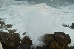 Чудесные снимки принятые в порт Lekeitio Huracan Хьюго ломая свои волны против порта и утесы места стоковая фотография rf