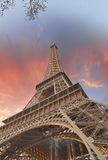 Чудесные цветы неба над Эйфелеваа башней. Путешествие Eiffel Ла в Париже Стоковые Фотографии RF