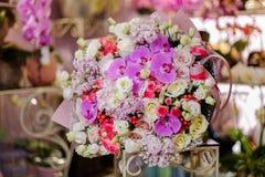Чудесный букет пинка и белых роз, розовых орхидей и белой сирени Стоковые Фото