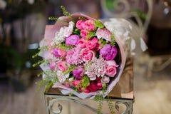 Чудесный букет розовых пионов роз, фиолетовых и белых Стоковое Фото