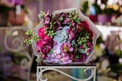Чудесный букет розовых роз, фиолетовых орхидей украшенных с зелеными succulents Стоковое фото RF