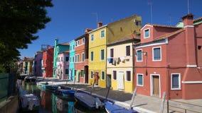 Чудесный взгляд на пестротканых жилых домах и венецианском канале, Burano сток-видео