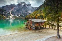 Чудесный деревянный эллинг на высокогорном озере, доломиты, Италия, Европа Стоковые Фотографии RF