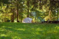 Чудесный лагерь путешествовать - шатер на зеленом луге Стоковые Изображения