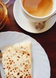 Чудесный очень вкусный чай с горячими блинчиками Поставьте установку на обсуждение Завтрак стоковые фотографии rf