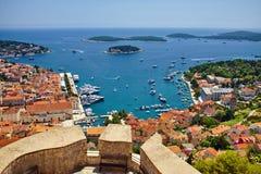 Чудесный панорамный взгляд города Hvar и гавани от Sp стоковая фотография
