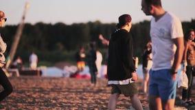 Чудесный пляж вполне двигать, идущ, танцующ, ослабляя люди на солнечный день акции видеоматериалы