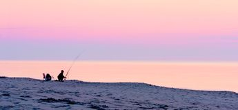 Чудесный розовый пурпурный заход солнца над Балтийским морем Вертел Curonian, Калининград, Россия стоковые изображения rf