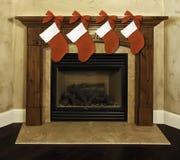 чулки каминной доски камина рождества Стоковая Фотография RF