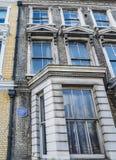 Чума английского наследия голубая где известный режиссер фильма, господин Альфред Hitchcock, 1899 до 1980 в квартире внутри Стоковое Фото
