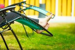 чуть-чуть ноги женские Женщина ослабляя на sunbed стоковая фотография rf