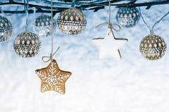 Чуть-чуть ветви с светами праздника рождества и имбирем звезды варят Стоковое фото RF