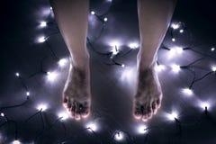 Чуть-чуть женские ноги стоя на поле Стоковое фото RF