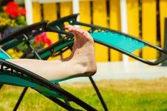 чуть-чуть ноги женские Женщина ослабляя на sunbed стоковое фото
