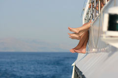 Чуть-чуть счастливые ноги на туристическом судне Стоковая Фотография