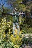 Чучело соломы среди зеленых деревьев Стоковая Фотография RF