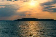 Чудесное небо захода солнца на пляже моря океана Стоковая Фотография RF