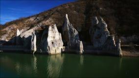 Чудесные утесы и озеро Болгария, воздушное видео акции видеоматериалы