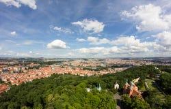 Чудесный взгляд к городу Праги от наблюдательной вышки Petrin в чехии Стоковые Фото