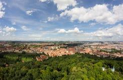 Чудесный взгляд к городу Праги от наблюдательной вышки Petrin в чехии Стоковое Фото