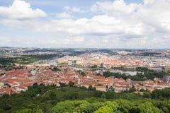 Чудесный взгляд к городу Праги от наблюдательной вышки Petrin в чехии Стоковое Изображение RF