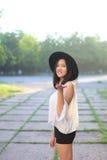 Чудесный женский заход солнца азиата шляпы Стоковое фото RF