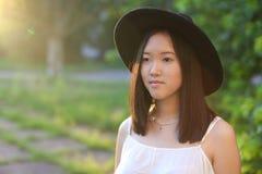 Чудесный женский заход солнца азиата шляпы Стоковые Изображения