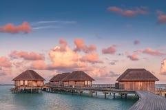 Чудесный золотой час на тропическом пляжном комплексе в Мальдивах Стоковая Фотография RF